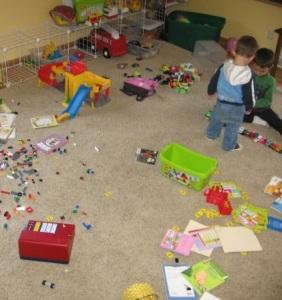 ketika rumah seperti kapal pecah berantakan tips parenting buah hati ayah bunda anak balita